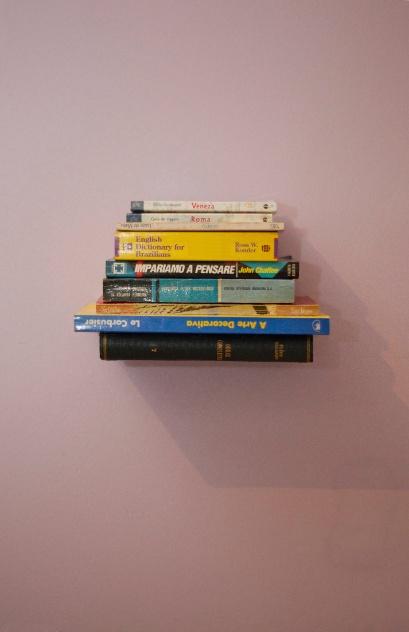 Prateleira com livros flutuantes