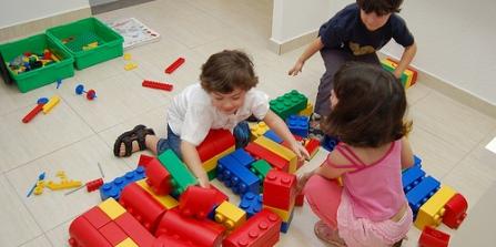 criancas-brincando-com-brinquedos-educativos