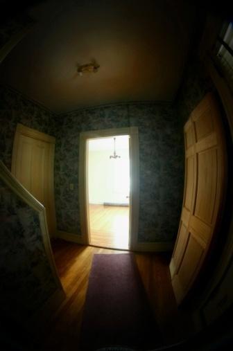 conheca-13-erros-que-levam-a-desvalorizacao-do-imovel-e-saiba-como-evita-los---sem-luz-sem-ventilacao-foto-sala-escura-1389712051756_336x507