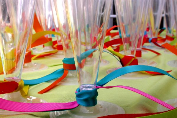 copos-coloridos-mesa