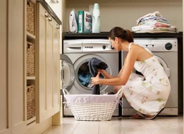 Mulher-usando-máquina-de-lavar