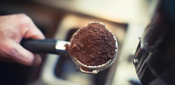 pó de café na máquina do espresso